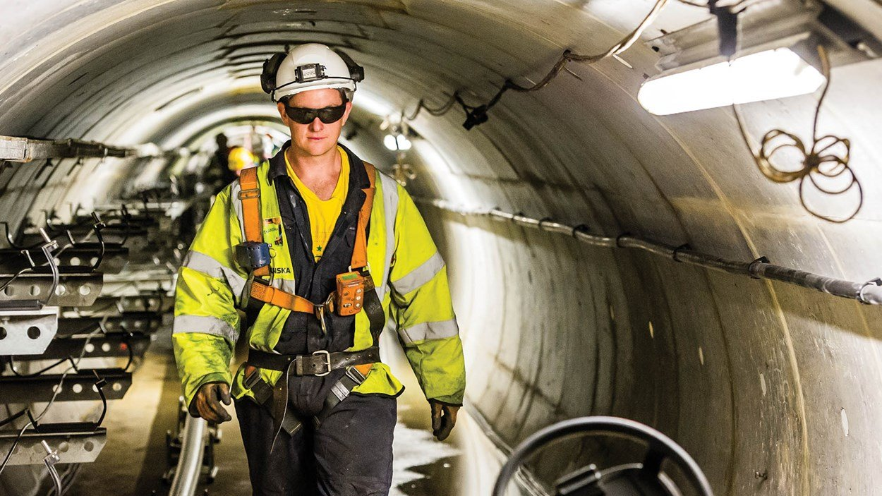 Skanska_engineer_working_in_tunnel